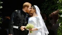 Der royale Hochzeitskuss (Bild: AP)
