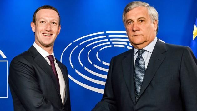 Facebook-Chef Mark Zuckerberg und EU-Parlamentspräsident Antonio Tajani vor Beginn der Anhörung (Bild: AP)