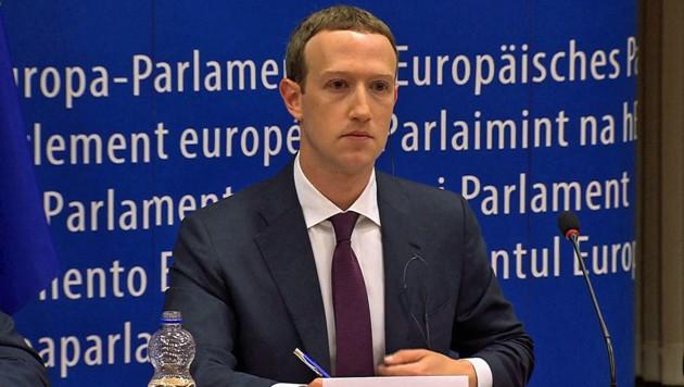 Mark Zuckerberg machte sich zu jeder einzelnen Frage Notizen, beantworten wollte er aber nur ausgewählte. (Bild: APA/AFP/EBS)