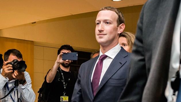 Mark Zuckerberg versprach, die restlichen Fragen schriftlich zu beantworten und verließ das EU-Parlament. (Bild: AP)
