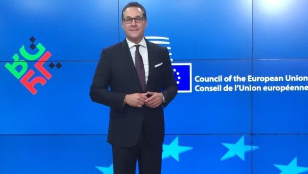 Stolze Haltung: Vizekanzler Heinz-Christian Strache (FPÖ) bei seiner ersten EU-Ratssitzung (Bild: APA/JOHANNES BRUCKENBERGER)
