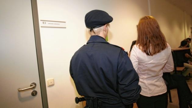 Justizwachbeamtin führte die adrette Slowakin zum Prozess (Bild: Antonio Lovric )