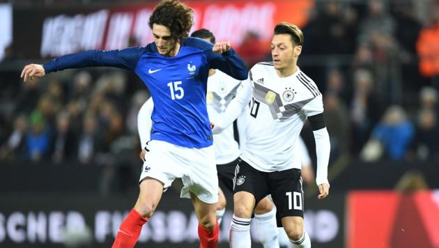 Adrien Rabiot (links) im Duell mit Mesut Özil (Bild: GEPA)