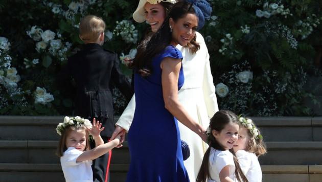 Jessica Mulroney mit den Blumenkindern auf dem Weg in die Kapelle (Bild: WPA Rota)