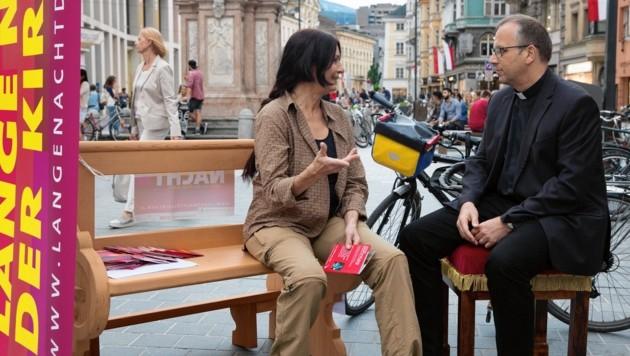 Bischofsvikar Jakob Bürgler lud in der Maria-Theresien-Straßen in Innsbruck die Passanten zum Gespräch ein (Bild: Christian Forcher)