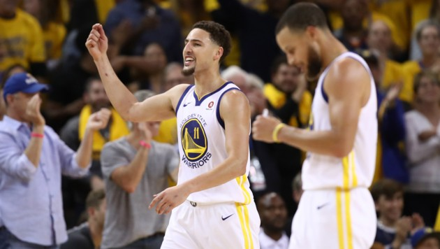 OAKLAND, CA - MAY 26: Klay Thompson #11 of the Golden State Warriors reacts after scoring against the Houston Rockets during Game Six of the Western Conference Finals in the 2018 NBA Playoffs at ORACLE Arena on May 26, 2018 in Oakland, California. NOTE TO USER: User expressly acknowledges and agrees that, by downloading and or using this photograph, User is consenting to the terms and conditions of the Getty Images License Agreement. Ezra Shaw/Getty Images/AFP (Bild: 2018 Getty Images)