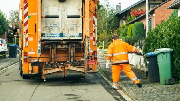 Müllabfuhr bei der Arbeit (Bild: stock.adobe.com)