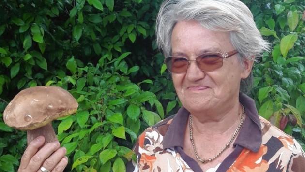 Die Oststeirerin Gerti Zöllner mit ihrem ersten heuer gefundenen Steinpilz. (Bild: Christa Blümel)