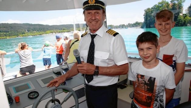 "Chefkapitän Josef Jeller im ""Krone""-Elektroboot mit ""Assistenten Manuel & Lukas (Bild: Rojsek-Wiedergut Uta)"