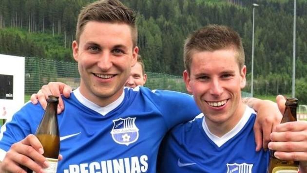 Daniel (links) und Rainer Pfeifenberger feierten die 2. Landesliga-Rückkehr von Zederhaus trotz 1:3 in Flachau ausgiebig. (Bild: Hofbauer Walter)