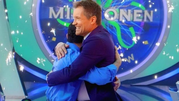 Hooman Vodjani knackte die Millionenfrage und wird glücklich von Armin Assinger umarmt. (Bild: ORF)