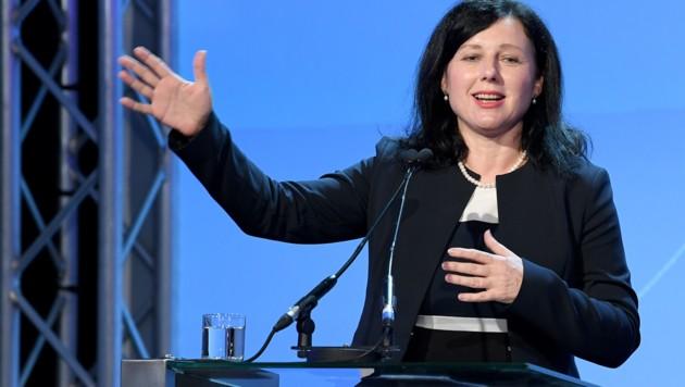 EP-Vizepräsidentin Vera Jourova (Bild: APA/ROLAND SCHLAGER)