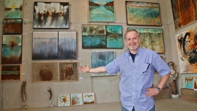 Etienne alias Stephan Unterberger (48) vor seinen Bildern in seinem Atelier in Bad Ischl. (Bild: Marion Hörmandinger)