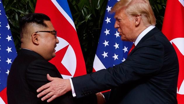 Nordkoreas Machthaber Kim Jong Un und US-Präsident Donald Trump bei ihrem ersten Gipfeltreffen (Bild: Associated Press)