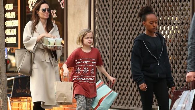Angelina Jolie mit ihren Töchtern Vivienne und Zahara (Bild: www.PPS.at)