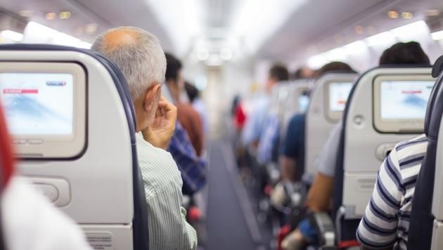 Während Airlines die Sicherheit ihrer Lüftungssysteme anpreisen, warnt nun ein Experte vor Flugreisen. (Bild: stock.adobe.com)