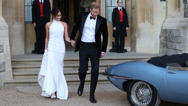 Herzogin Meghan und Prinz Harry nach ihrer Hochzeit am 19. Mai auf Schloss Windsor auf dem Weg zum Abendempfang in Frogmore House. (Bild: AP)
