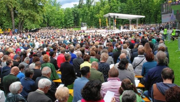 """Der Platz der Versöhnung, auch bekannt als Passamtswiese, verwandelte sich am Sonntag in einen """"Freiluft-Dom"""" (Bild: Jauschowetz Christian)"""