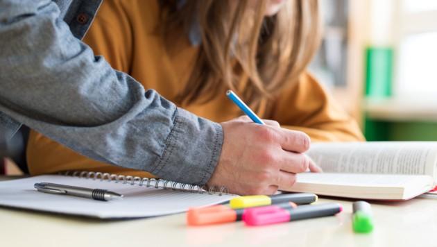 Näher sollten sich Lehrer und Schülerin nie kommen. (Bild: stock.adobe.com)