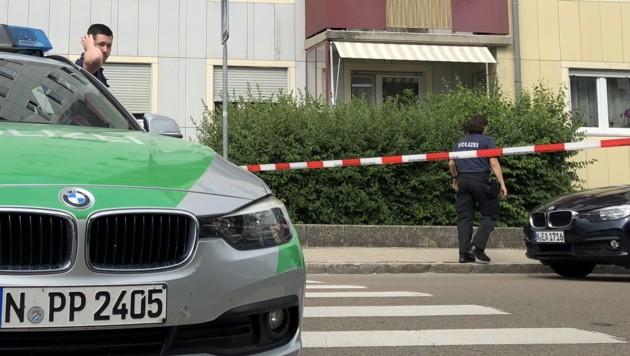 Die Ermittler suchten am Tatort nach Hinweisen, wie es zu der Tragödie kommen konnte. (Bild: APA/dpa/Catherine Simon)