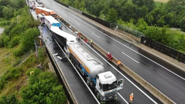 Drei Lkw kollidierten auf der A9 bei Inzersdorf, im hintersten Lastwagen starben zwei Personen.