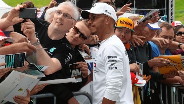 Lewis Hamilton machte entspannt zahlreiche Selfies. (Bild: Juergen Radspieler)