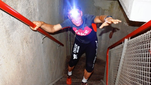 Licht ins Dunkel der höchsten Stiegenhäuser Wiens bringt der Steirer Rolf Majcen, der heute 5000 Stufen hinaufrennt. (Bild: Majcen/zVg)