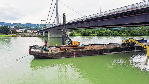 Für den Bau der Bypässe der Voestbrücke ist auch eine riesige schwimmende Baustelle notwendig.
