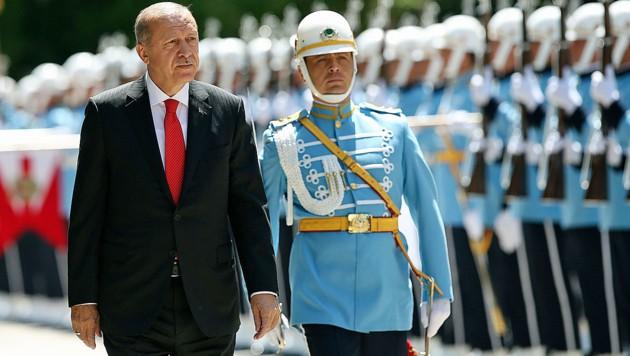 Recep Tayyip Erdogan ist nun Staatspräsident und Regierungschef. (Bild: AP)