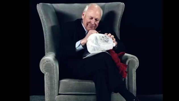 """Der frühere US-Verteidigungsminister Dick Cheney signiert in Sacha Baron Cohens Show """"Who is America"""" eine """"Waterboarding-Folterausrüstung"""". (Bild: Screenshot """"Who ist America?""""/Showtime)"""