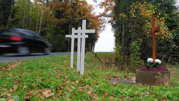 Weiße Kreuze erinnern an Todesopfer im Straßenverkehr.