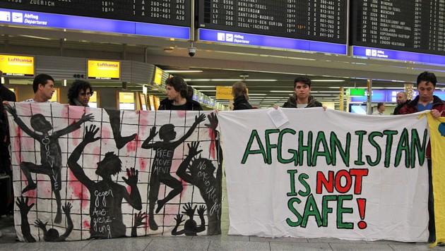Protest gegen Abschiebungen nach Afghanistan am Flughafen von Frankfurt