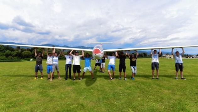 Auf dem Boden gibt es keine Konkurrenz - da packen die jungen Piloten gemeinsam an.