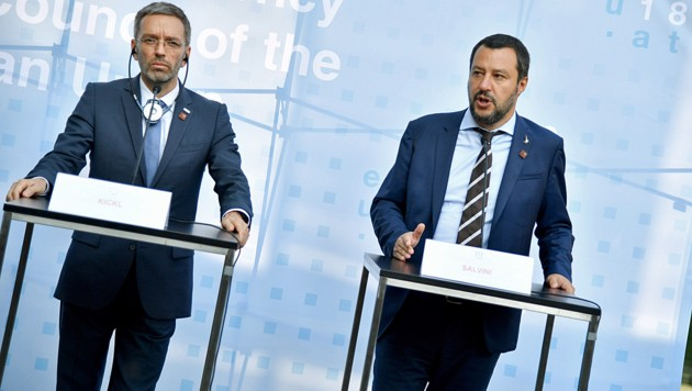 Die Asyl-Pläne von Innenminister Herbert Kickl (li). und seinem italienischen Amtskollegen Matteo Salvini bekommen Gegenwind. (Bild: APA/BARBARA GINDL)