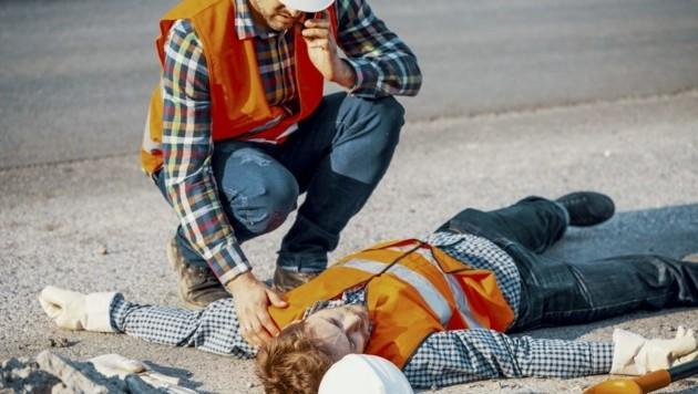 Sonnenstich und Hitzeschlag: Bauarbeiter sind in den Sommermonaten besonders gefährdet. (Bild: stock.adobe.com (Symbolbild))