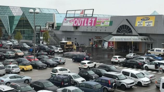 Bei der Eröffnung im September 2017 war der Parkplatz der UNO-Shopping noch voll. Doch die Kundenfrequenz ist stark eingebrochen. (Bild: Kronen Zeitung Ruhmanseder)