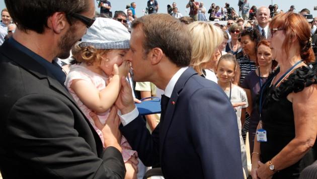 Dieses Mädchen gehört wohl nicht zu der großen Anzahl der Frauen, die sich gerne ein Küsschen von Emmanuel Macron abholen würden. (Bild: AFP)