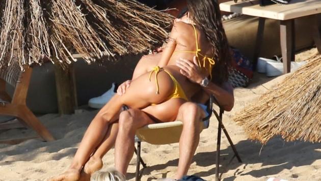 Izabel Goulart kann die Finger nicht von ihrem Verlobten Kevin Trapp lassen. (Bild: www.PPS.at)