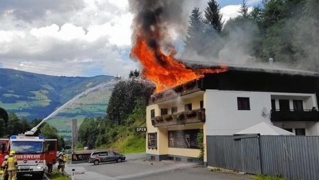 Die Flammen schlugen aus dem zweiten Stock und dem Dach des Laufhauses.
