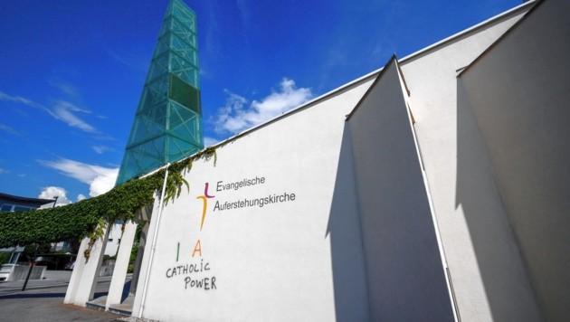 """""""IRA Catholic Power"""" - dieser Schriftzug prangt jetzt beim Kircheneingang."""