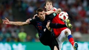 Mario Fernandes (rechts) im Duell mit Kroatiens Mario Mandzukic (Bild: AP)