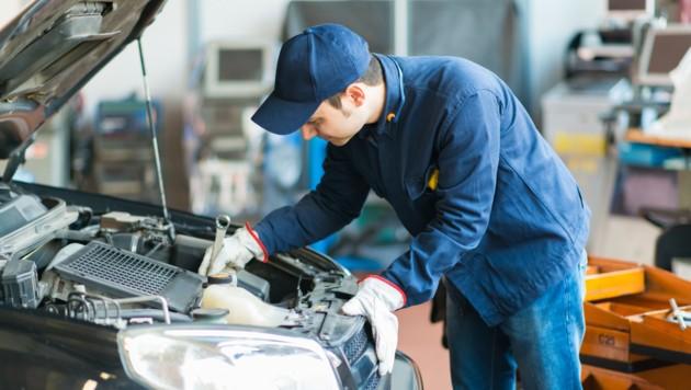 Dank der Ombudsfrau muss eine Leserin nicht die gesamten Reparaturkosten für ihren Pkw tragen (Symbolbild). (Bild: ©Minerva Studio - stock.adobe.com)