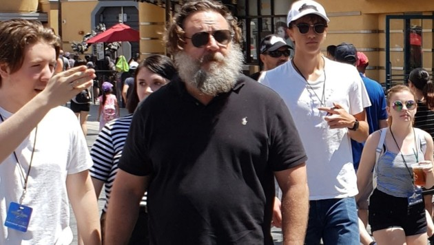 Russell Crowe mit Zauselbart und Wohlstandsbauch