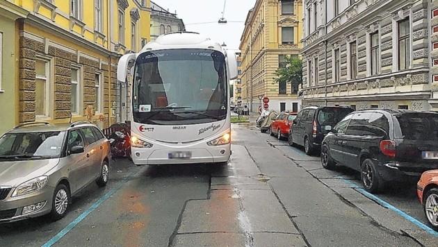 Bei laufendem Motor in zweiter Spur: Reisebus im Wohngebiet (Bild: Ernst Grabenwarter)