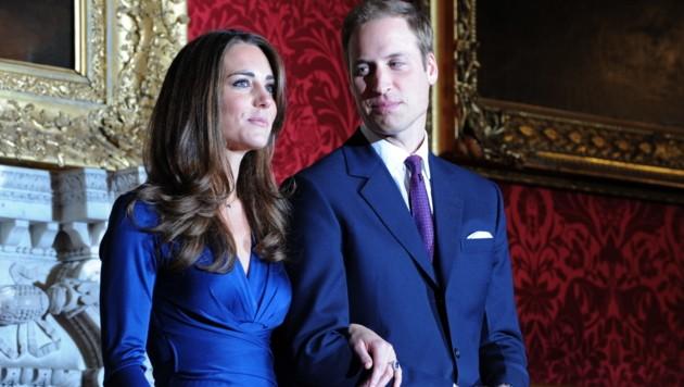 Prinz William tritt 2010 mit seiner Verlobten Kate Middleton im St. James Palast vor die Fotografen. (Bild: AFP)