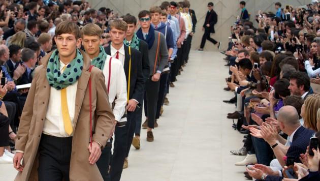 Models präsentieren eine Burberry-Kollektion. (Bild: AFP)