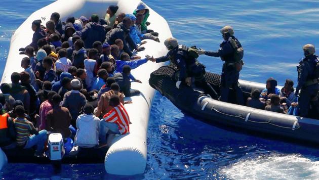 """Deutsche Soldaten bei der Rettung von Flüchtlingen im Rahmen der EU-Mission """"Sophia"""" (Bild: AP/Matthias Schrader)"""