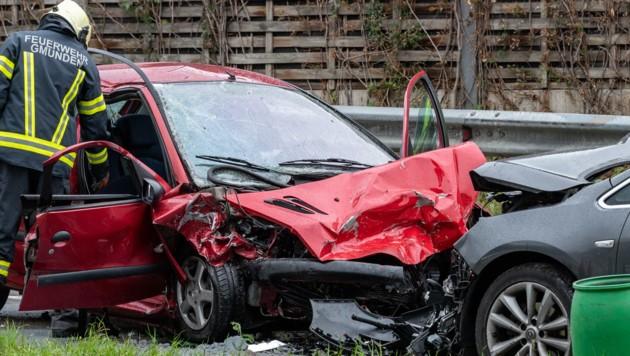 Ein Todesopfer und drei Verletzte forderte dieser Verkehrsunfall Sonntagmittag in Gmunden. (Bild: FOTOKERSCHI.AT/KERSCHBAUMMAYR)