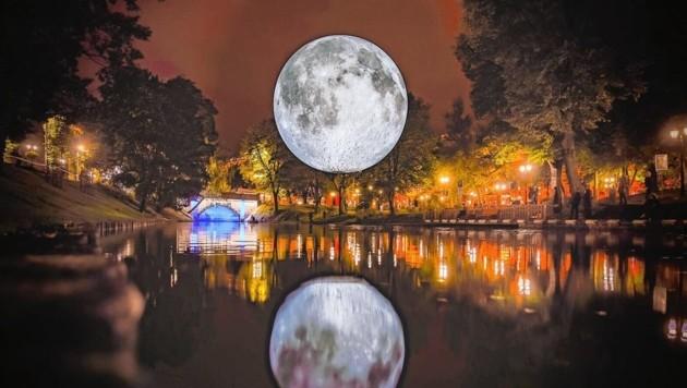 Der künstliche Mond wird am Freitag über dem Teich des Schlosses Bruck aufgehen.