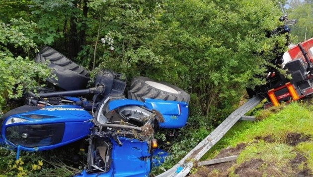 Der Traktorlenker kam mit dem Fahrzeug von der Straße ab. (Bild: FF Schwarzach)